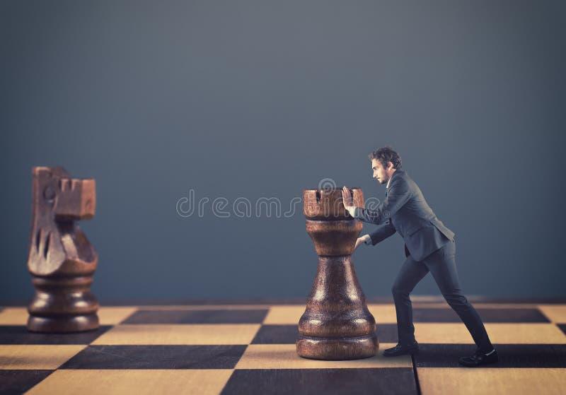 Download Κομμάτια σκακιού ώθησης ατόμων Στοκ Εικόνα - εικόνα από επίτευγμα, ακτινίου: 62714441