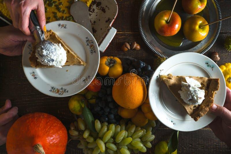 Κομμάτια της πίτας μήλων με το παγωτό στα πιάτα, τα λαχανικά και τα φρούτα στην ημέρα των ευχαριστιών στοκ φωτογραφία με δικαίωμα ελεύθερης χρήσης