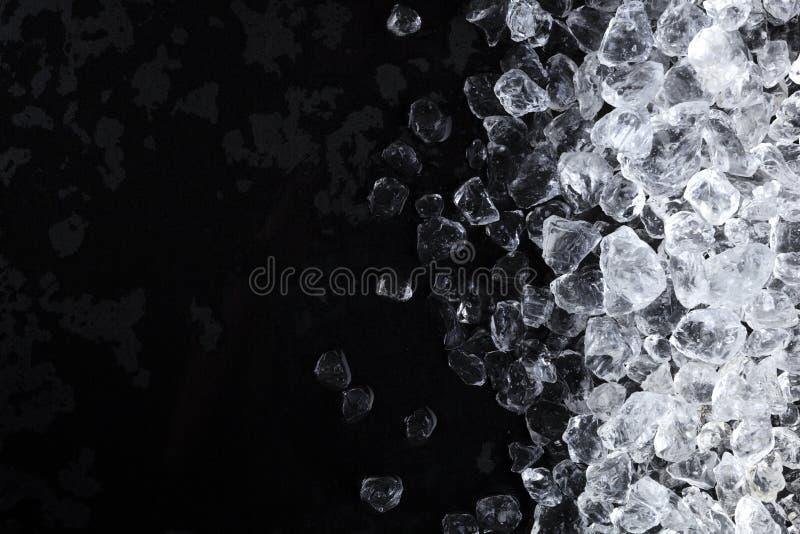 Κομμάτια των συντριμμένων κύβων πάγου στο μαύρο υπόβαθρο Διαστημική, τοπ άποψη αντιγράφων στοκ φωτογραφίες με δικαίωμα ελεύθερης χρήσης