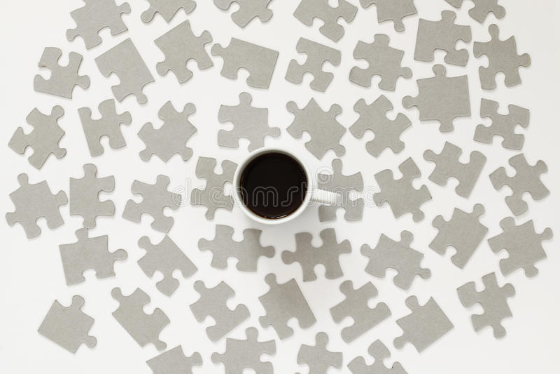 κομμάτια φλυτζανιών και γρίφων καφέ που διασκορπίζονται πέρα από το άσπρο υπόβαθρο στοκ εικόνα