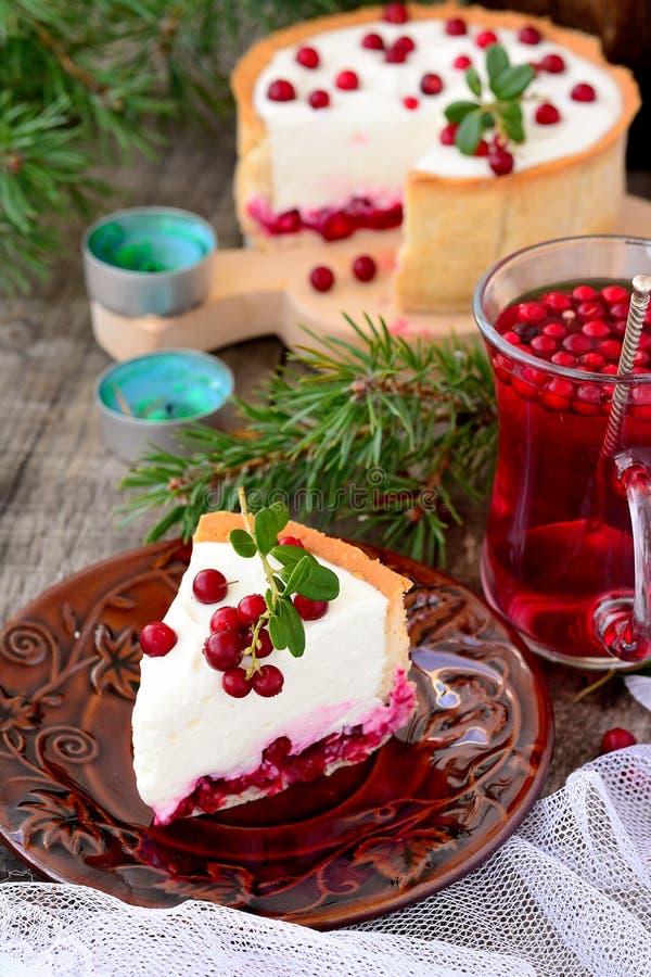 Κομμάτι άσπρο cheesecake με τα τα βακκίνια στοκ φωτογραφία