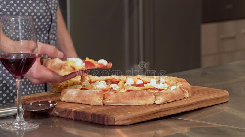 Κομμάτι αρπαγής ατόμων της εύγευστης πίτσας από τον πίνακα στοκ εικόνες με δικαίωμα ελεύθερης χρήσης
