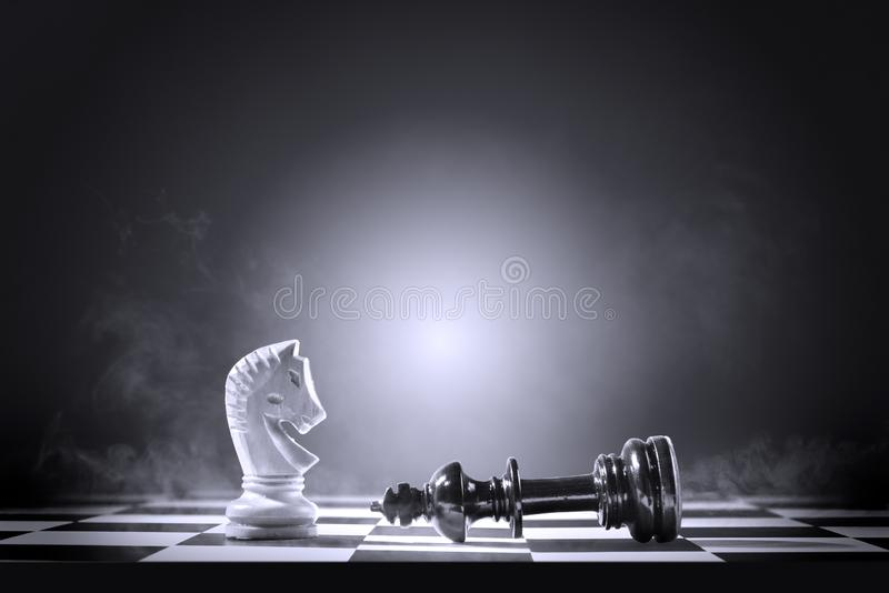 Κομμάτι σκακιού βασιλιάδων που νικά από το κομμάτι σκακιού ιπποτών στοκ φωτογραφία με δικαίωμα ελεύθερης χρήσης