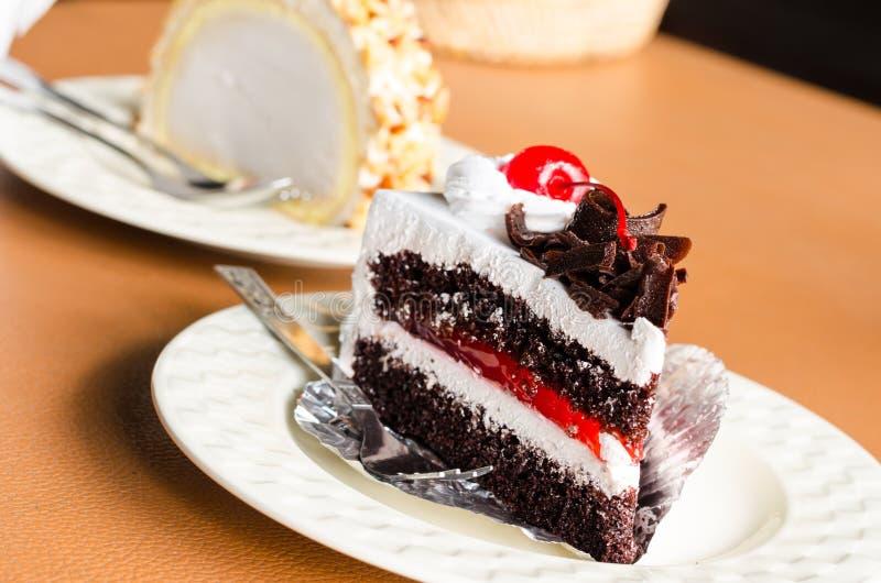 Κομμάτι της άσπρης σοκολάτας κέικ κρέμας στη καφετερία στοκ φωτογραφία με δικαίωμα ελεύθερης χρήσης