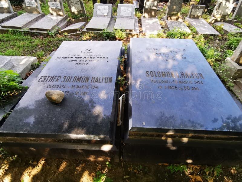 Κομμάτι της πέτρας στον εβραϊκό τάφο στο παλαιό εβραϊκό νεκροταφείο της ισπανικής ιεροτελεστίας από το Βουκουρέστι στοκ φωτογραφίες