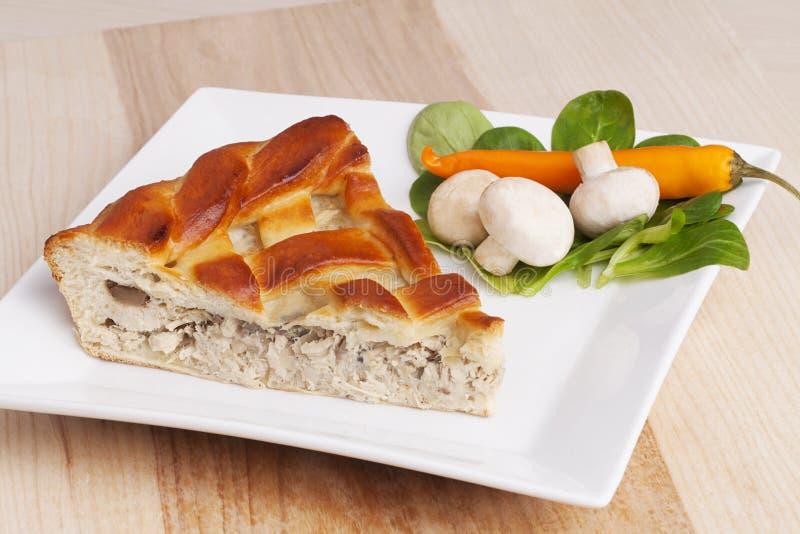 Κομμάτι της πίτας με το κοτόπουλο και της φυτικής σύνθεσης στο πιάτο στοκ φωτογραφία με δικαίωμα ελεύθερης χρήσης