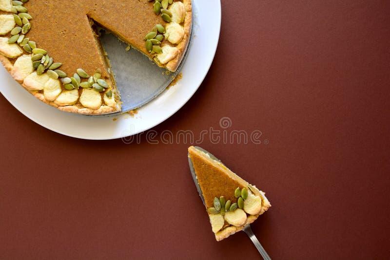 Κομμάτι της σπιτικής πίτας κολοκύθας με την κανέλα στο υπόβαθρο καφετιού χαρτί στοκ φωτογραφίες