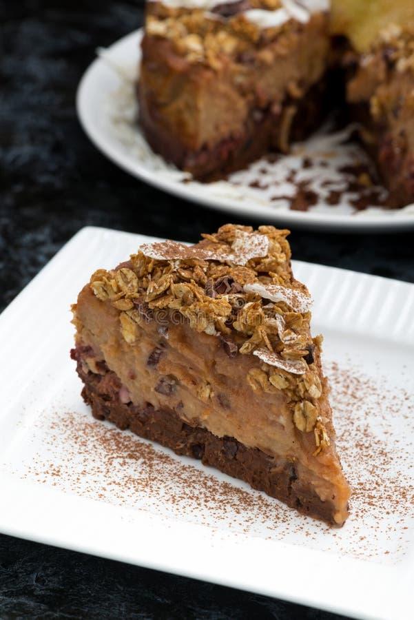 κομμάτι του κέικ καραμέλας σοκολάτας σε ένα άσπρο πιάτο, κάθετο στοκ φωτογραφία με δικαίωμα ελεύθερης χρήσης