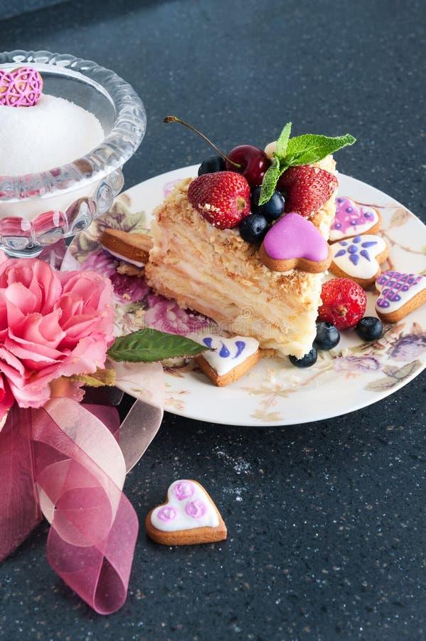 Κομμάτι του κέικ napoleon στο πιάτο στοκ φωτογραφίες με δικαίωμα ελεύθερης χρήσης