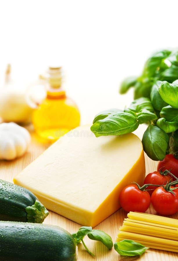 Συστατικά τυριών και ζυμαρικών στοκ εικόνες