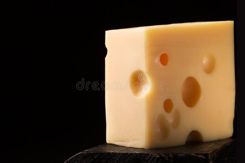 Κομμάτι του τυριού τυριού Emmental στοκ εικόνες