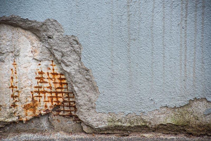Κομμάτι του χαλασμένου τοίχου με το σκουριασμένο πλέγμα στοκ φωτογραφία