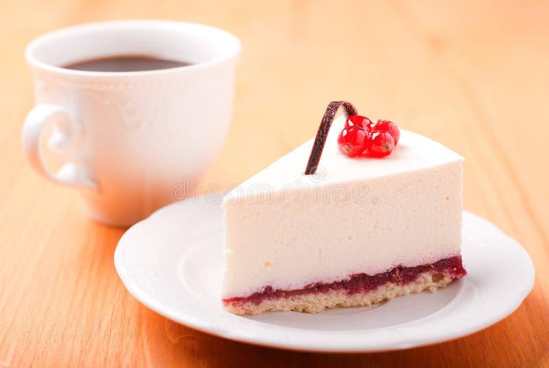 Κομμάτι cheesecake με τον καφέ στοκ εικόνες