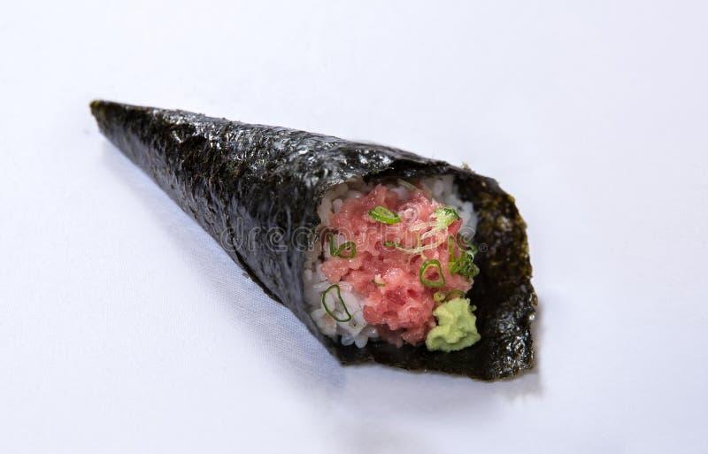 Κομματιασμένος τόνος με το ρόλο Temaki χεριών κρεμμυδιών ανοίξεων στοκ φωτογραφία με δικαίωμα ελεύθερης χρήσης