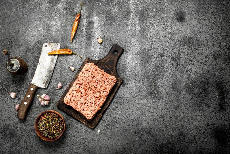 Κομματιασμένο βόειο κρέας με τα διάφορα καρυκεύματα και τα χορτάρια στοκ φωτογραφία με δικαίωμα ελεύθερης χρήσης