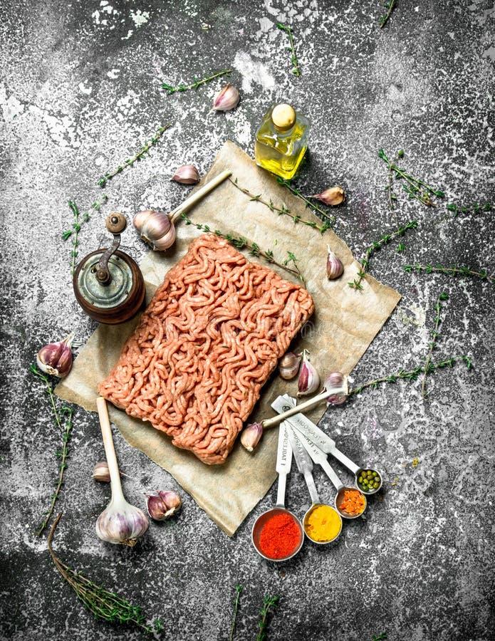 Κομματιασμένο βόειο κρέας με τα καρυκεύματα, τα αρωματικά χορτάρια και το ελαιόλαδο στοκ εικόνα