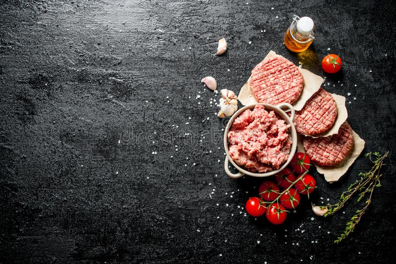 Κομματιασμένο Burger βόειου κρέατος με τις ντομάτες, το έλαιο και το σκόρδο στοκ εικόνες με δικαίωμα ελεύθερης χρήσης