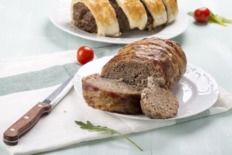 Κομματιασμένο meatloaf που τυλίγεται στο μπέϊκον στοκ εικόνες