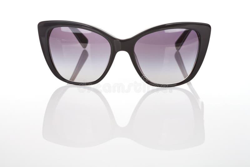 Κομψά γυαλιά ηλίου γυναικών στο άσπρο υπόβαθρο στοκ εικόνες με δικαίωμα ελεύθερης χρήσης