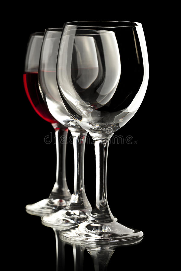 Κομψά γυαλιά κρασιού με ένα σύνολο του κόκκινου κρασιού στοκ εικόνες