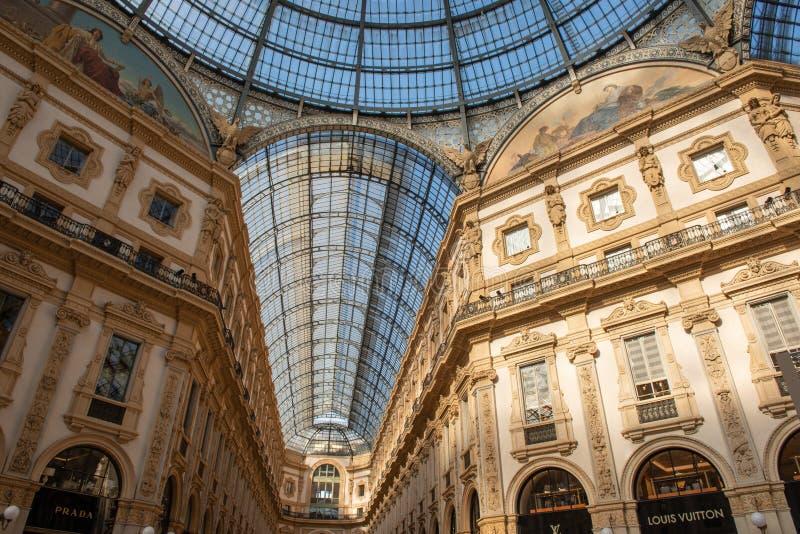 Κομψά καταστήματα σε Galleria Vittorio Emanuele στο Μιλάνο στοκ εικόνα