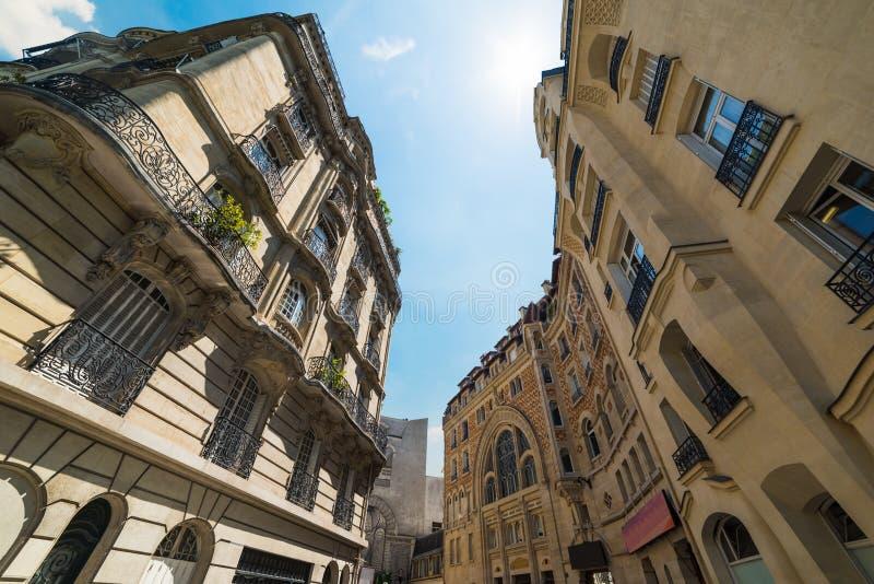 Κομψά κτήρια κάτω από έναν λάμποντας ήλιο στο Παρίσι στοκ εικόνες με δικαίωμα ελεύθερης χρήσης