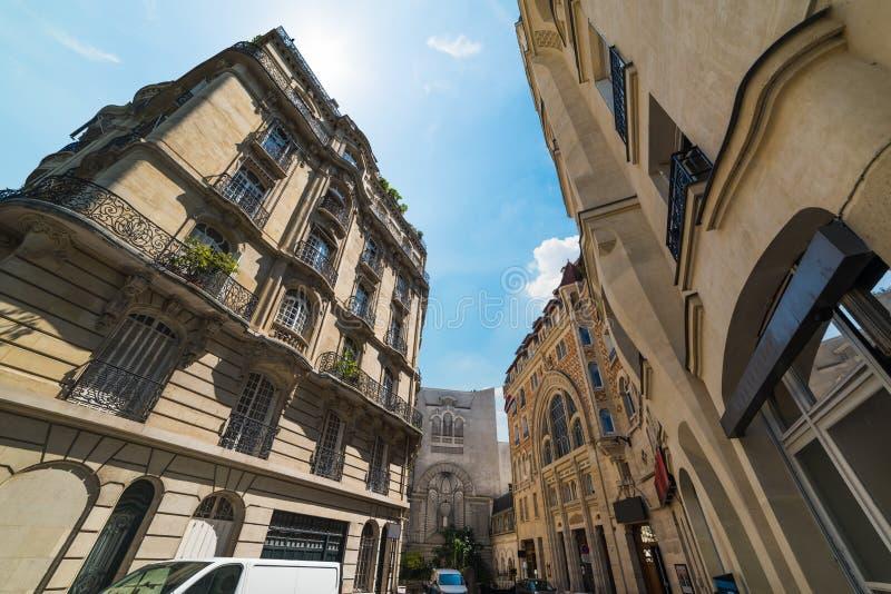 Κομψά κτήρια κάτω από έναν λάμποντας ήλιο στο Παρίσι στοκ εικόνες
