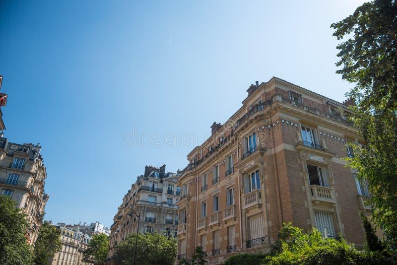 Κομψά κτήρια κάτω από έναν μπλε ουρανό στο Παρίσι στοκ εικόνες με δικαίωμα ελεύθερης χρήσης