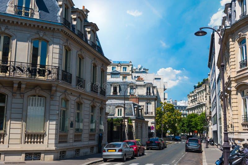 Κομψά κτήρια κάτω από έναν σαφή ουρανό στο Παρίσι στο καλοκαίρι στοκ εικόνα με δικαίωμα ελεύθερης χρήσης