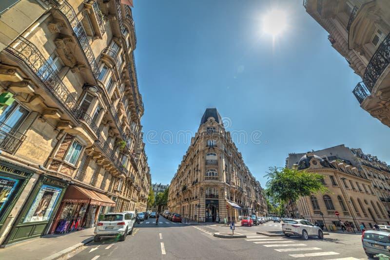 Κομψά κτήρια στη rue Edmond Valentin μια ηλιόλουστη ημέρα στοκ εικόνα