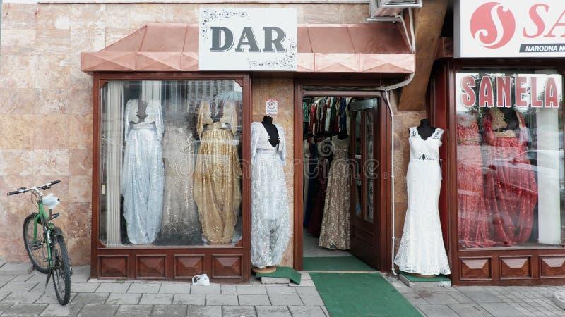 Κομψά μουσουλμανικά θηλυκά μακριά φορέματα στη μπουτίκ Νόβι Παζάρ, Serbi στοκ εικόνα με δικαίωμα ελεύθερης χρήσης