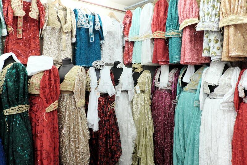 Κομψά μουσουλμανικά θηλυκά μακριά φορέματα στη μπουτίκ Νόβι Παζάρ, Serbi στοκ εικόνες με δικαίωμα ελεύθερης χρήσης