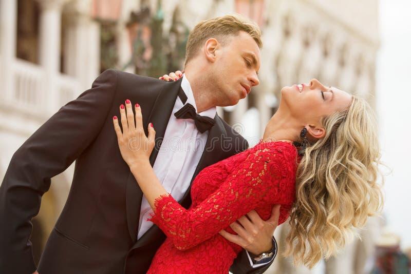 Κομψά ντυμένο ζεύγος που χορεύει έξω στοκ εικόνα
