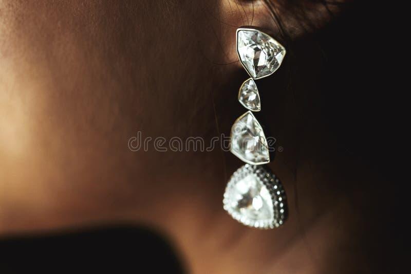 Κομψά σκουλαρίκια γαμήλιων διαμαντιών πολυτέλειας πλούσια στο όμορφο bri στοκ εικόνα με δικαίωμα ελεύθερης χρήσης
