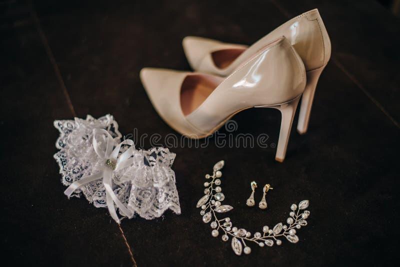 Κομψά ψηλοτάκουνα παπούτσια με τις διακοσμήσεις για τη νύφη στοκ εικόνα με δικαίωμα ελεύθερης χρήσης