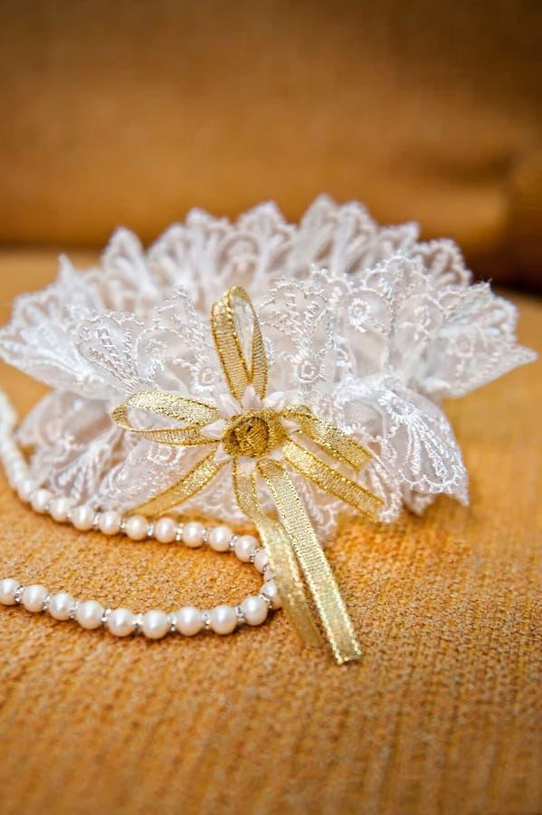Κομψά garter νυφών και περιδέραιο μαργαριταριών στοκ εικόνα με δικαίωμα ελεύθερης χρήσης