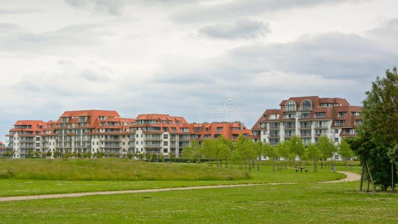 Κομψές πολυκατοικίες με το πάρκο στο μέτωπο στοκ φωτογραφία με δικαίωμα ελεύθερης χρήσης