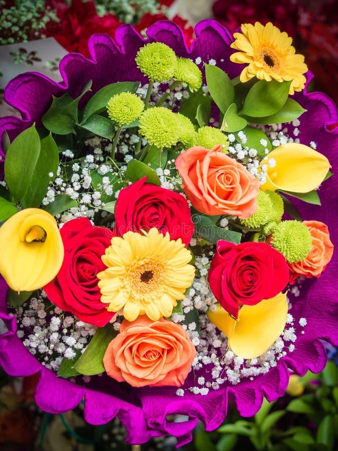 Κομψές τριαντάφυλλα και μαργαρίτες σε μια ανθοδέσμη λουλουδιών νυφών στοκ φωτογραφία με δικαίωμα ελεύθερης χρήσης
