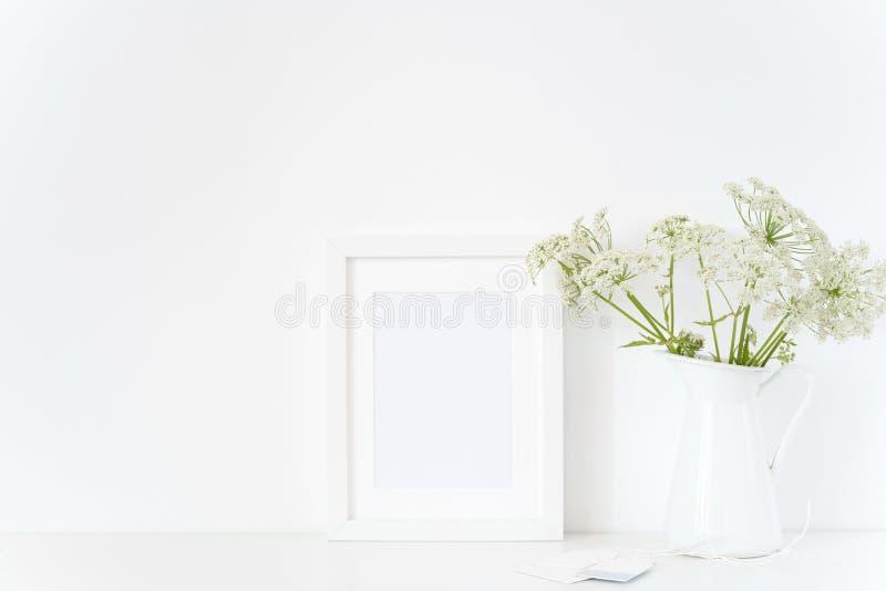 Κομψή άσπρη χλεύη πλαισίων επάνω με έναν οικοδεσπότη στην κανάτα, ανθοδέσμη Πρότυπο για το σχέδιο Πρότυπο για τα bloggers τρόπου  στοκ φωτογραφίες με δικαίωμα ελεύθερης χρήσης