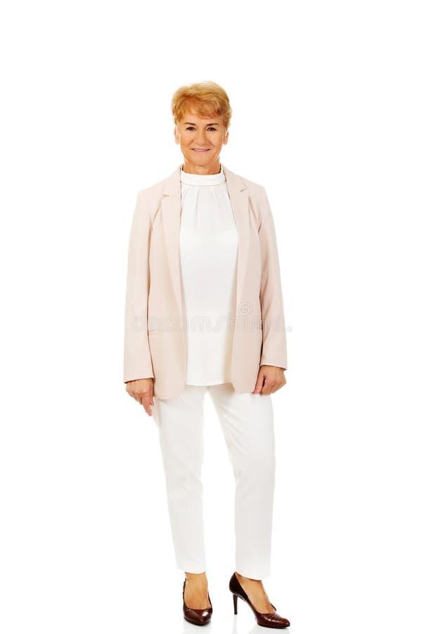 Κομψή ανώτερη ξανθή γυναίκα χαμόγελου στοκ φωτογραφίες