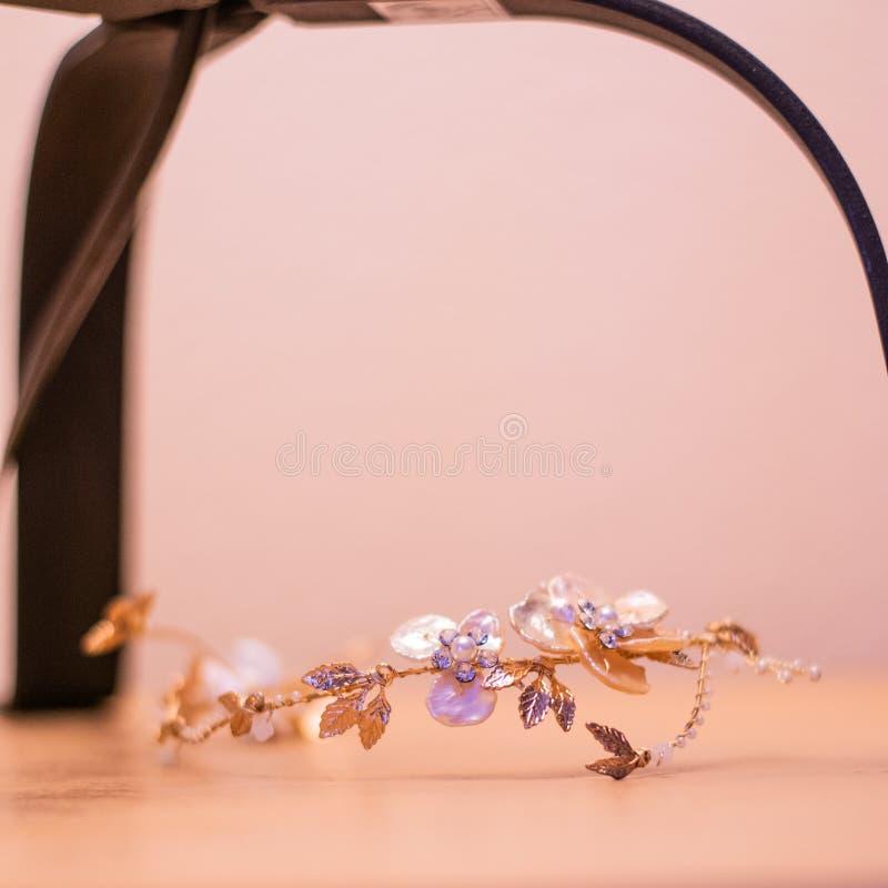 Κομψή ασημένια νυφική τιάρα στη ημέρα γάμου στοκ φωτογραφία με δικαίωμα ελεύθερης χρήσης