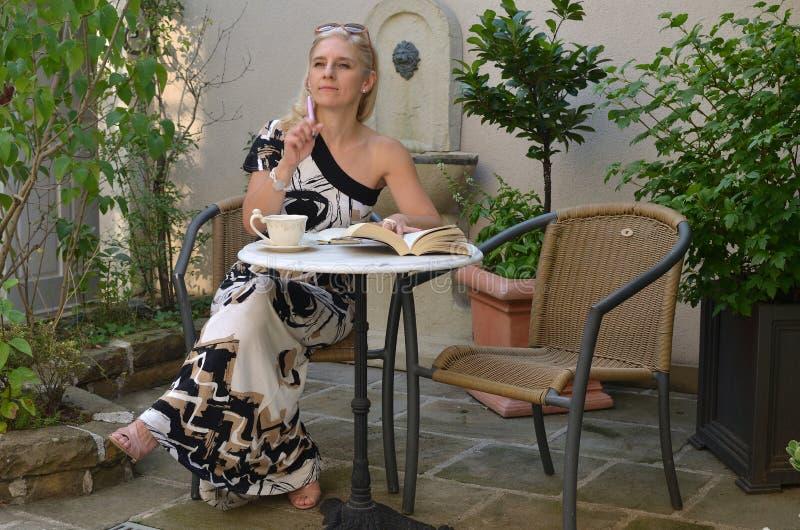 Κομψή γυναίκα με ένα βιβλίο στοκ εικόνα