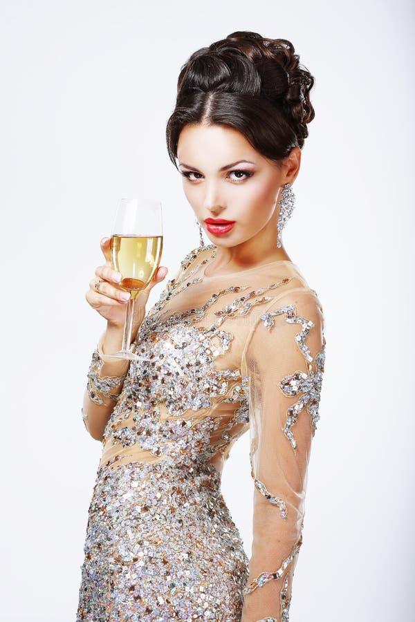 Κομψή γυναίκα με ένα ποτήρι της σαμπάνιας. στοκ φωτογραφίες