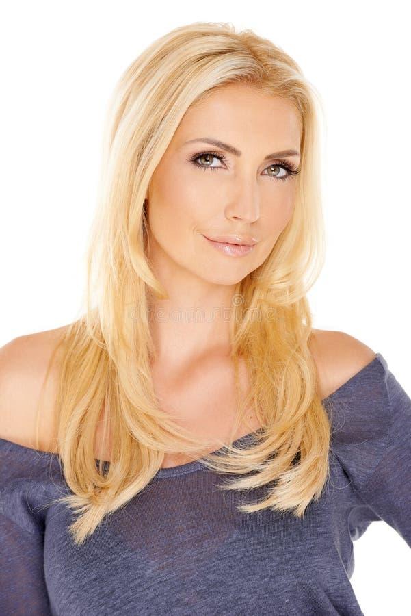 Κομψή γυναίκα με τα μακριά ξανθά μαλλιά στοκ φωτογραφία με δικαίωμα ελεύθερης χρήσης