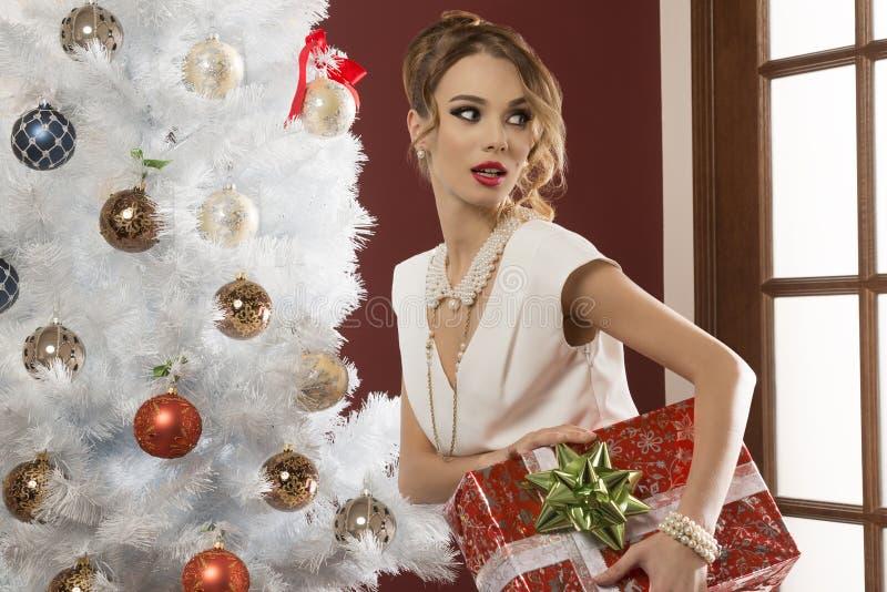 Κομψή γυναίκα με τα Χριστούγεννα παρόντα στοκ εικόνες με δικαίωμα ελεύθερης χρήσης