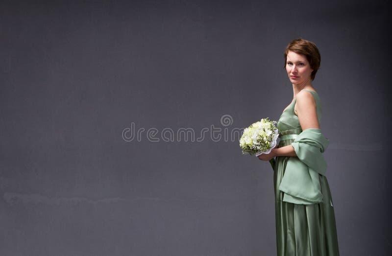 Κομψή γυναίκα με την ανθοδέσμη σε διαθεσιμότητα στοκ εικόνες