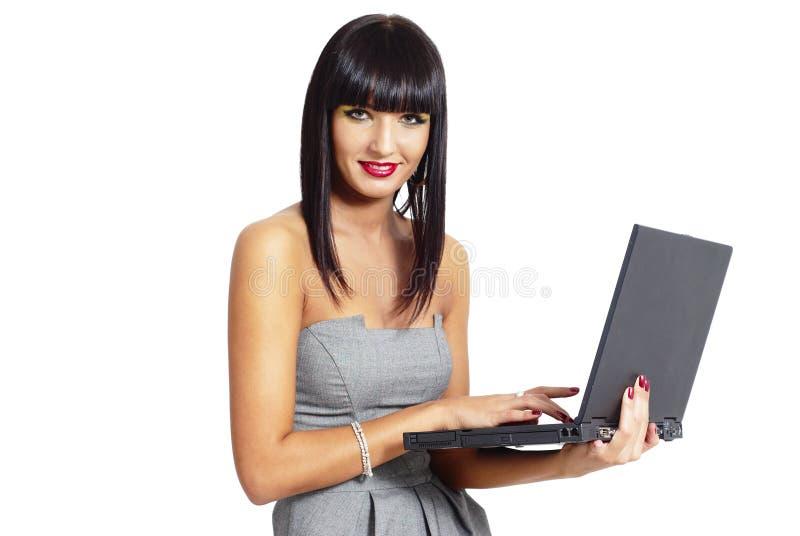 Κομψή γυναίκα με το σημειωματάριο στοκ φωτογραφία με δικαίωμα ελεύθερης χρήσης