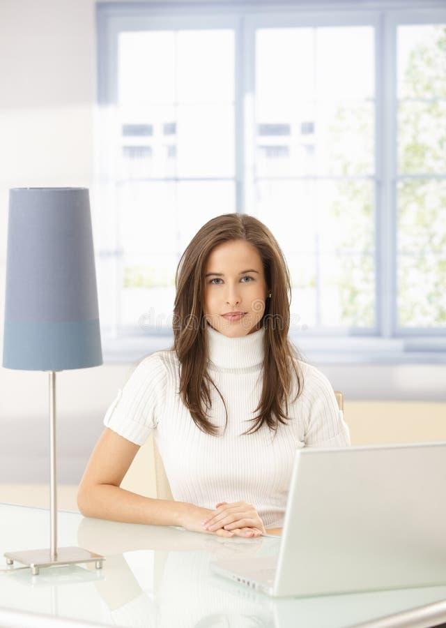 Κομψή γυναίκα με το lap-top στοκ φωτογραφία
