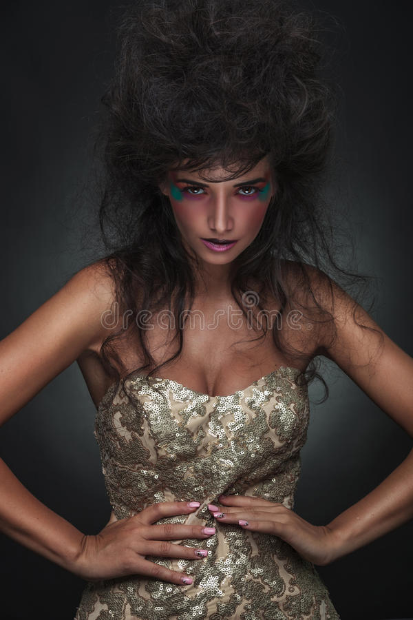 Κομψή γυναίκα μόδας που εξετάζει τη κάμερα στοκ φωτογραφία με δικαίωμα ελεύθερης χρήσης