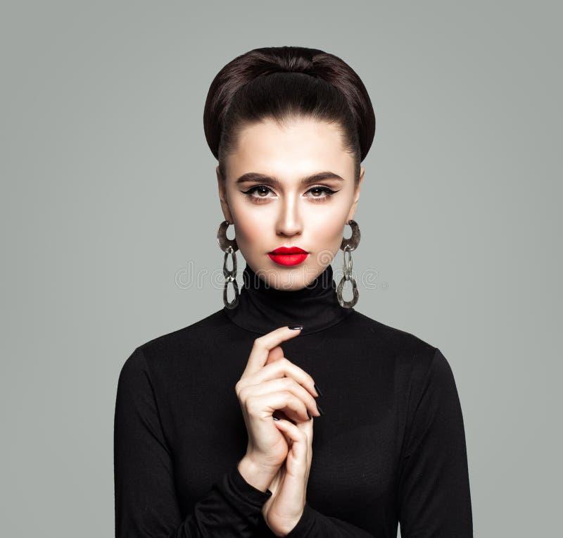 κομψή γυναίκα πορτρέτου μό&d όμορφη γυναίκα κοριτσιών στοκ εικόνα με δικαίωμα ελεύθερης χρήσης